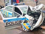 Řidič s odcizeným vozidlem narazil do policejního vozidla.