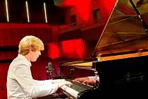 Matyáš Novák zahraje Osudovou symfonii na klavír Antonín Petrof v online přenosu z filharmonie.