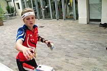 NENAŠLA PŘEMOŽITELKU. Hradecká orientační běžkyně Tereza Novotná na jedné z kontrol při svém zlatém závodě ve sprintu.