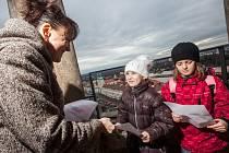 Předávání vysvědčení třeťákům ze ZŠ SNP na královéhradecké Bílé věži.