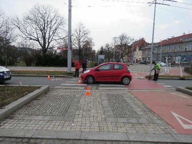 Seniorku srazilo auto na křižovatce UKoruny