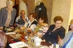 Sraz spolužáků po 55 letech v restauraci Černý kůň na Malém náměstí v Hradci Králové.