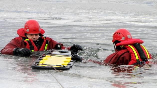 Výcvik královéhradeckých hasičů na ledu.
