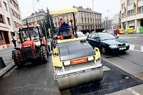 Jeden výtluk vedle druhého po letošní zimě rozčiluje řidiče v krajské metropoli. Hradecké technické služby jsou proto v těchto dnech v terénu a díry ve vozovkách opravují.