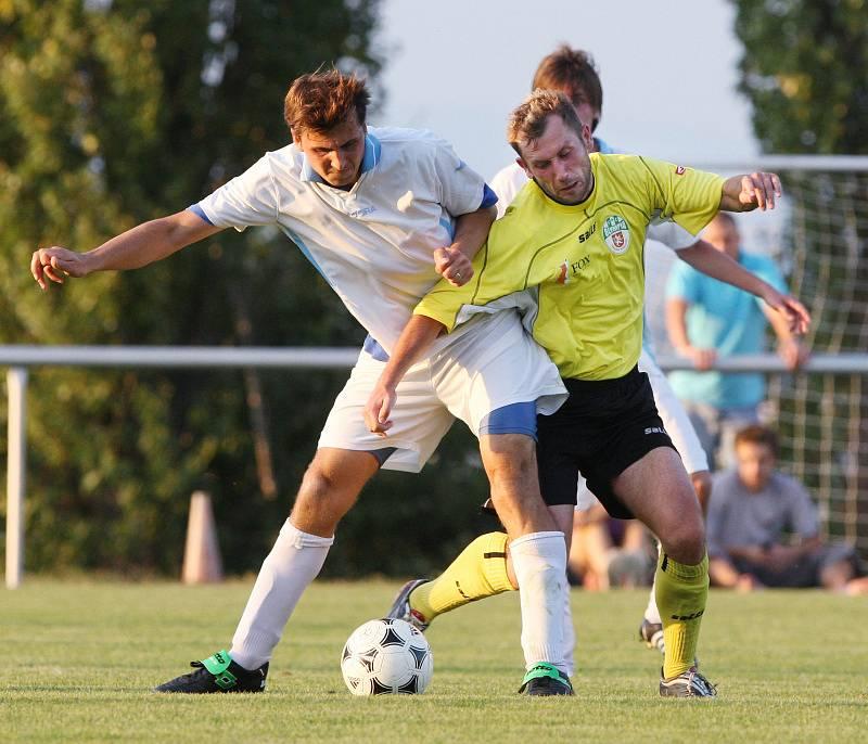 Olympia versus Nový Hradec Králové. Zleva Pavel Matějus a Michal Lesák ( Olympia ).