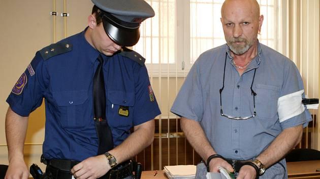 Obžalobě ze spáchání dvojnásobného trestného činu podvodu čelí u hradeckého krajského soudu padesátiletý Jiří Řehák z Trutnova.
