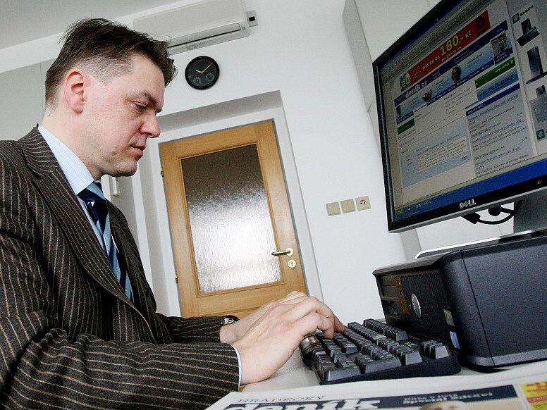 Náměstek královéhradeckého primátora Boris Herman při on - line rozhovoru  se čtenáři Hradeckého deníku