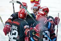 Gólová radost. Hokejisté Hradce Králové poprvé v sezoně porazili Třinec. Gólem a asistenci se blýskl Kevin Klíma.