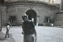 Jaroslav Vomočil na prohlídce cely číslo 42 v Terezíně v roce 1981, kde byl za války vězněn, a na fotografii z roku 2015.