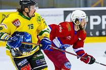 Loni se hokejisté Nové Paky (v červeném) a Dvora Králové nad Labem stihli potkat v rámci 2. kola soutěže.