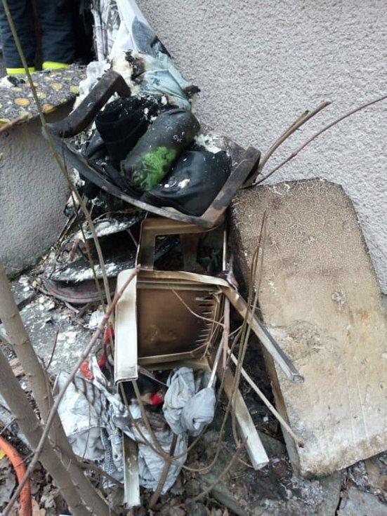 Strážníci zachránili přiotráveného muže z hořícího domku