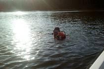 Hradečtí hasiči – potápěči při pátrání po pohřešované osobě v rybníku na Chrudimsku.