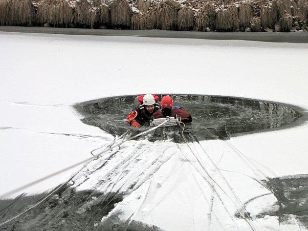 Výcvik hradeckých hasičů zaměřený na záchranu osob z vody.
