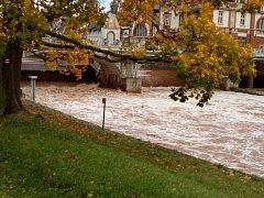 Deštivý podzim zvýšil i průtok hradeckého Hučáku.