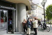 Fronta lidí čekajících na vstupenky u předprodejního místa královéhradeckého Klicperova divadla.