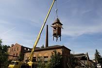 Sundávání věžičky z budovy bývalé koželužny v královéhradeckých Kuklenách.
