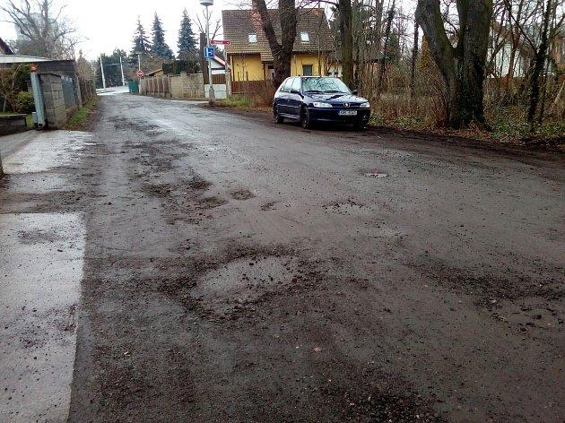 Ulice Zámostí je ostudou Malšovic. Přitom vulici sídlí stacionář pro seniory iFarmaceutická fakulta.