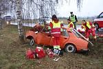 Dopravní nehoda u Obědovic na Hradecku. Řidič osobního vozidla Škoda 105 L vyjel mimo vozovku a narazil do stromu. Těžce zraněný řidič zůstal zaklíněn v troskách zcela zničeného vozu.