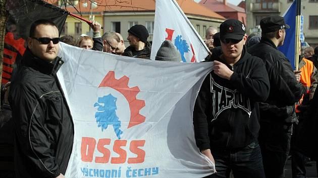 V Novém Bydžově se střetli přívrženci Dělnické strany sociální spravedlnosti s Romy. Došlo také na potyčky s policisty.