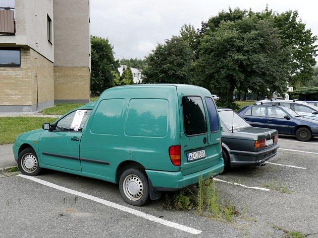 Jeden z autovraků v ulicích Hradce Králové.
