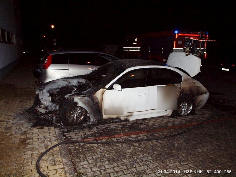 Pořár osobního vozidla v ulici Ve Stromovce v Hradci Králové.