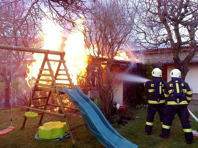 Požár zahradního domku v ulici U Stadionu v Rychnově nad Kněžnou.