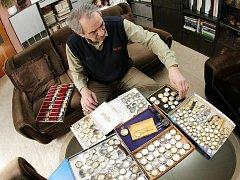 František Zborník, který žije v Chlumci nad Cidlinou, má neobvyklou zálibu. Užívá si penzi, a tak má dost času věnovat se sbírání náramkových hodinek.