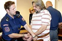 Čtveřice mužů měla v letech 2006 až 2008 díky nadhodnoceným znaleckým posudkům na bytový komplex v Ústí nad Labem způsobit České spořitelně škodu přesahující 30 milionů korun.