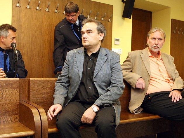 Stanislav Pokorný a Miloslav Bříza (v popředí zleva) u Krajského soudu v Hradci Králové.