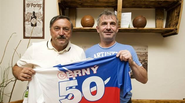 Fotbalová legenda Antonín Panenka při gratulaci k padesátinám královéhradecké ikoně Pavlovi Černému.