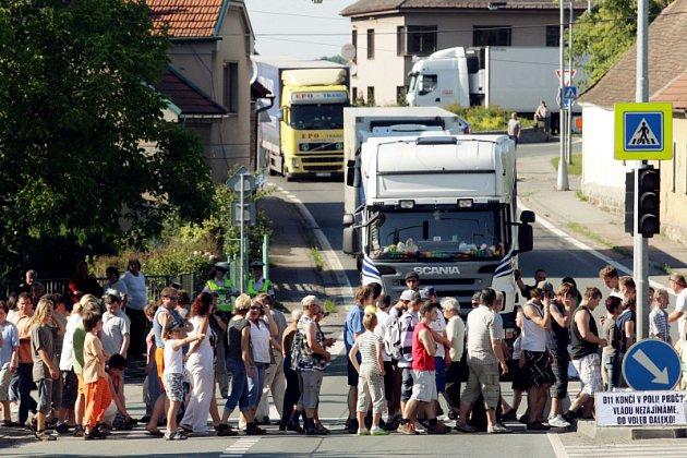 Obyvatelům Nového Města u Chlumce n. C. došla trpělivost. V pondělí 25. května na půl hodiny zablokovali dopravu chozením po přechodu.