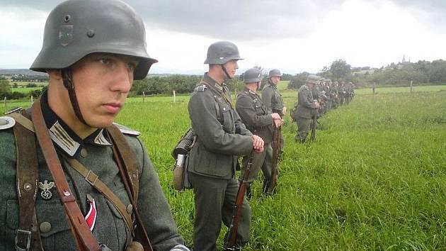 Scéna z natáčení filmu Lidice, na kterém se podílela Garda města Hradec Králové.