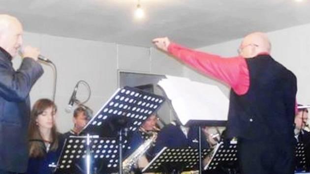 Dvě legendy hradecké hudby, kapelník Jiří Hasal a zpěvák Jiří Křídlo, při koncertu v Dílně Čistěves.