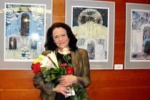 Výtvarnice Milada Harvilková při vernisáži výstavy ve foyer královéhradeckého Klicperova divadla.
