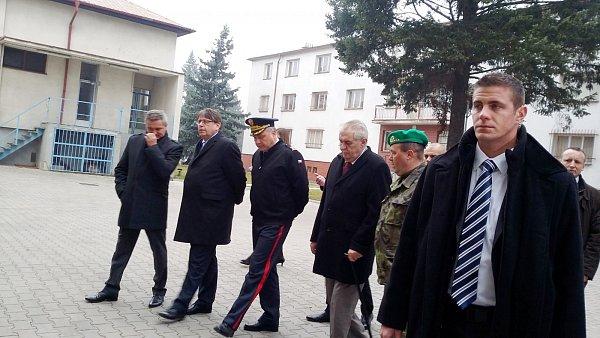 Miloš Zeman svojenskými veliteli a veterány.