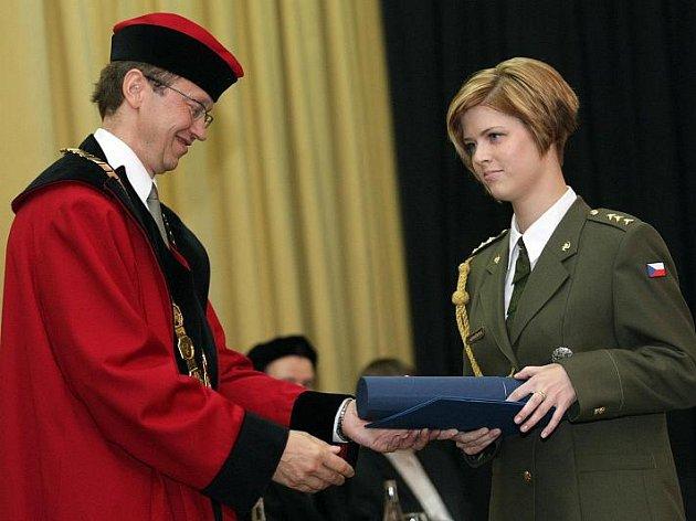 Promoci absolvovali 25. června studenti Fakulty vojenského zdravotnictví Univerzity obrany v Hradci Králové.