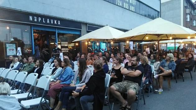 Na kvalifikaci MČR ve slam poetry dorazily do hradecké náplavky desítky diváků.