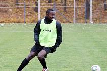 S hradeckými fotbalisty trénuje francouzský útočník Thernard Bakouboula, který je v klubu na testech.