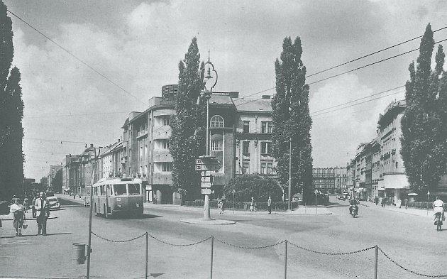 TROLEJBUS VETRA-ČKD REKLAMNÍ AUTOMOBIL č. 53projíždějící vroce 1952dnešním náměstím Svobody zGočárovy třídy, vpravo vidíme ulici Švehlovu.