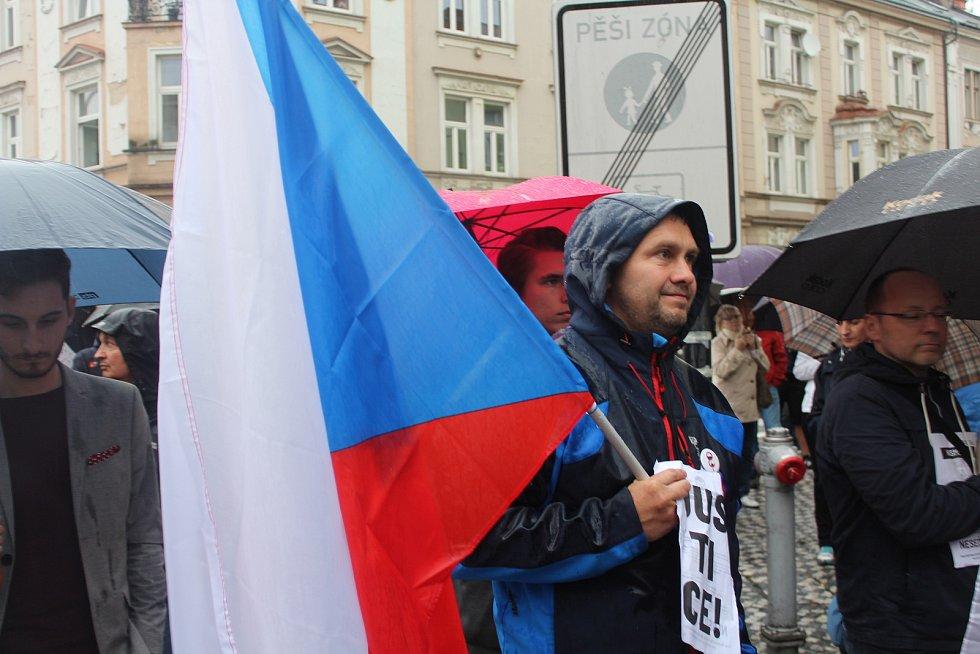 Na dvě stovky lidí se sešlo na hradeckém náměstí T. G. Masaryka, aby protestovali proti Andreji Babišovi.