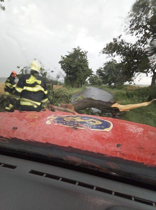 Zásah hasičů v souvislosti s bouřkami.