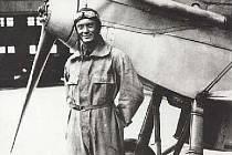 Letec akrobat František Novák byl jedním z aktérů leteckého dne konaného 13. května 1934. Na snímku s letounem B 21.