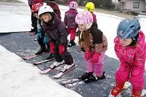 Děti z hradecké MŠ Sion při lyžařském pobytu na Benecku.