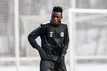 Kamerunský obránce Mbaissidara Mbaizo Olivier na tréninku hradeckých fotbalistů.