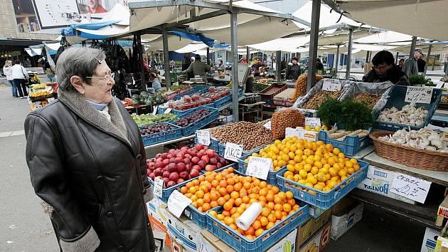 Obchodníci a zákazníci na tržnici v centru Hradce Králové.