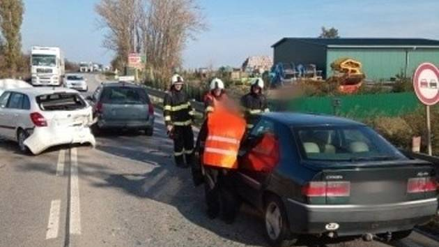 Dopravní nehoda tří aut u Lochenic.