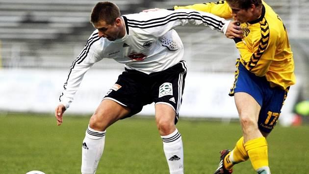 Fotbal, II. liga: FC Hradec - Jihlava (0:1). Na snímku hradecký Radek Bukač (vlevo) a Petr Tlustý.
