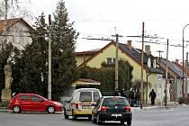 Dopravní situace v křižovatce U Husa v hradeckých Malšovicích.