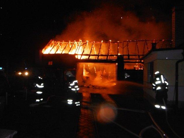 Díky práci hasičů oheň ze stodoly nepřeskočil na vedlejší rodinný dům.