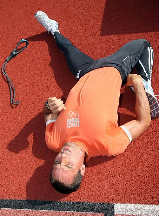 NAD PŘEKÁŽKAMI Roman Šebrle sprintoval v čase 14,49. Kouli poslal v Týništi do vzdálenosti 15,28 a disk 48,18 metru.